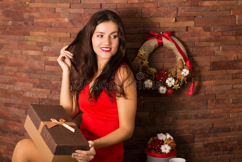 Cadeau de Noël d'ouverture de femme photos libres de droits