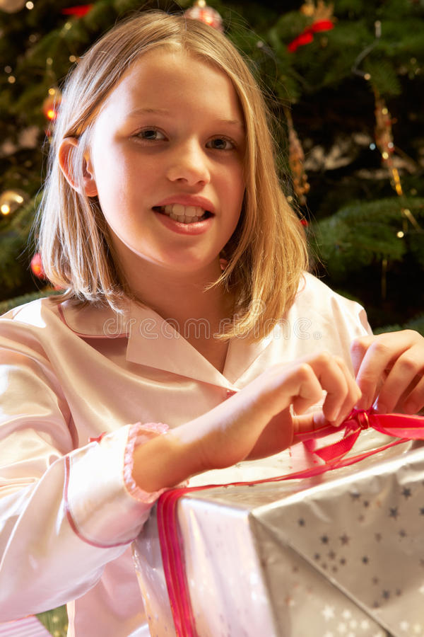 Cadeau de Noël d'ouverture de jeune fille photographie stock libre de droits
