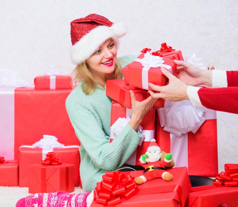 Cadeau de Noël d'ouverture La fille près de l'arbre de Noël heureux célèbrent des vacances Boîte-cadeau blond enthousiaste de pri photos stock