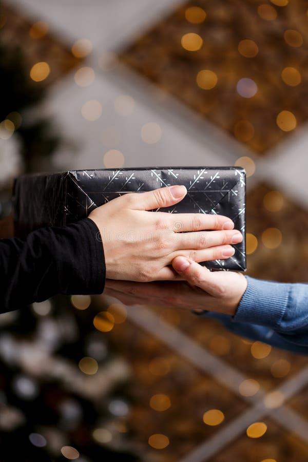 Cadeau de Noël dans des mains, plan rapproché photos stock