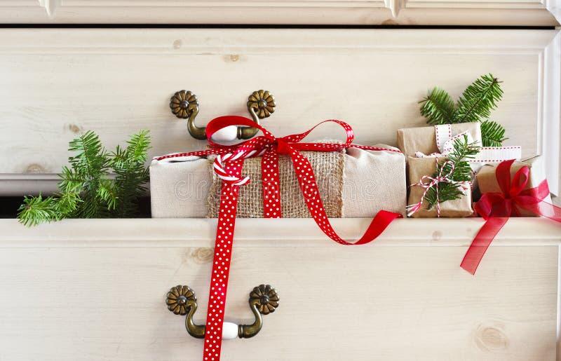 Cadeau de Noël dans le tiroir de raboteuse photos stock