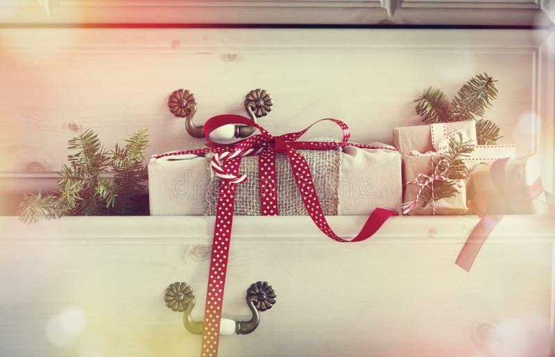 Cadeau de Noël dans le tiroir de raboteuse photos libres de droits