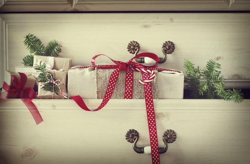 Cadeau de Noël dans le tiroir de raboteuse photographie stock libre de droits