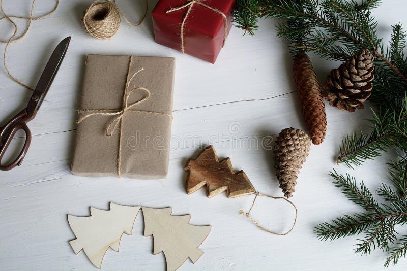 cadeau de Noël dans de Noël toujours la vie image libre de droits