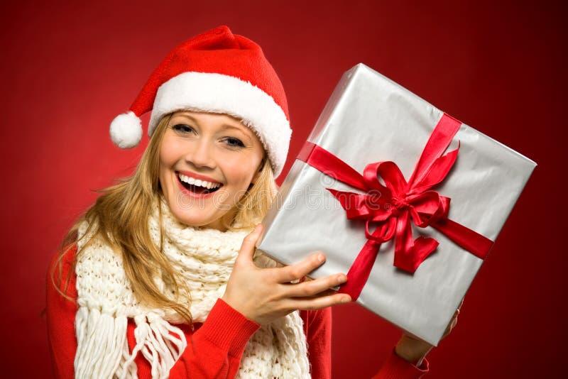 Cadeau de Noël de fixation de femme image stock