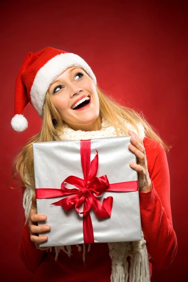 Cadeau de Noël de fixation de femme photos libres de droits