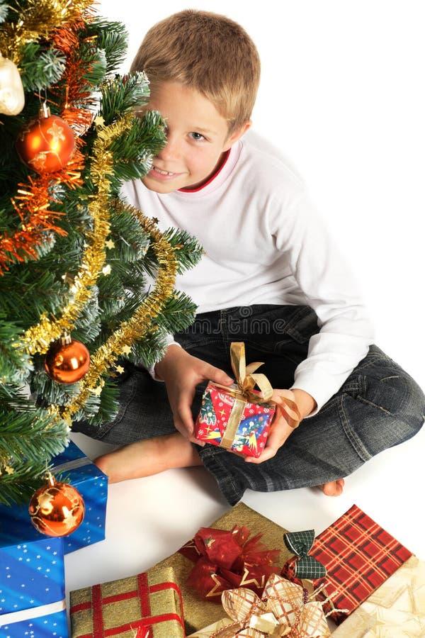 Cadeau de Noël de fixation de garçon images libres de droits