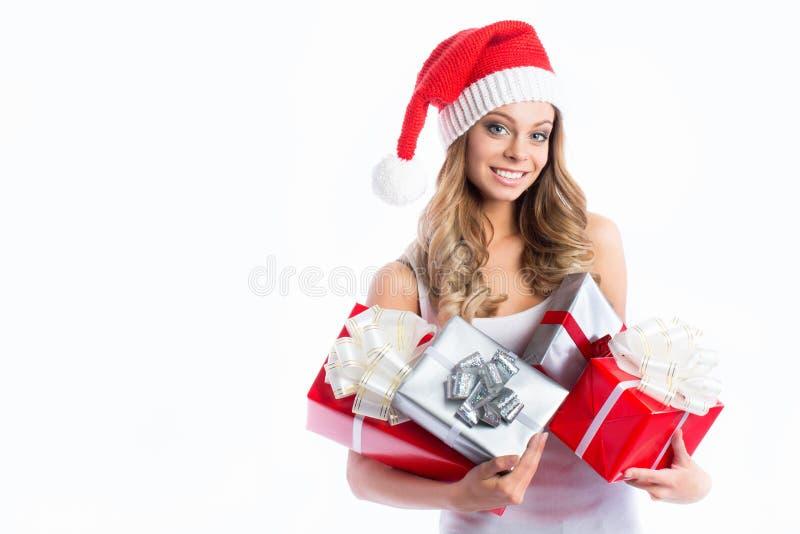 Cadeau de Noël de prise de verticale de femme d'isolement par chapeau de Santa de Noël image stock