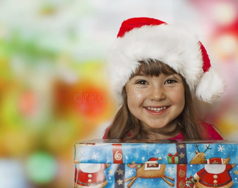 Cadeau de Noël et gosse heureux image stock
