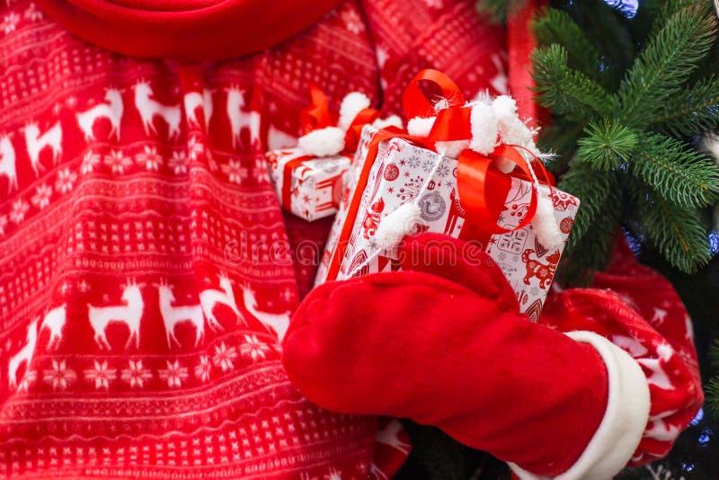 Cadeau de Noël et de nouvelle année dans des mains de Santa photos libres de droits