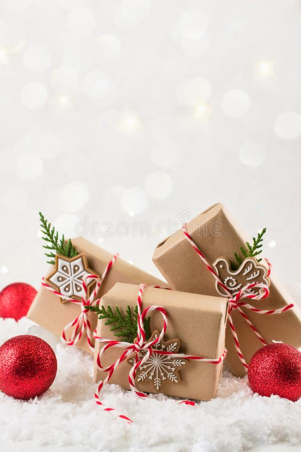 Cadeau de Noël ou boîte actuelle enveloppée en papier d'emballage avec la décoration sur le fond blanc Présent décoré des pièces  photographie stock libre de droits