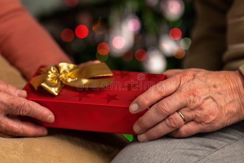 Cadeau de Noël supérieur d'échange de mains photo stock
