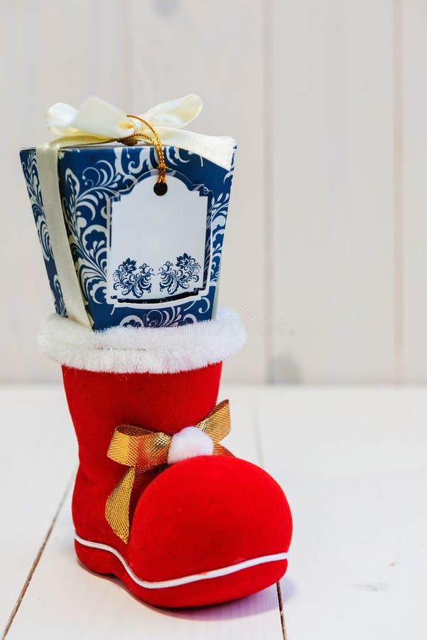 Cadeau de Noël sur la chaussure ou la chaussette rouge photos stock