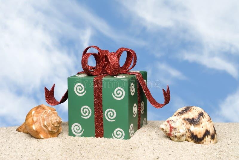Cadeau de Noël sur la plage photo stock