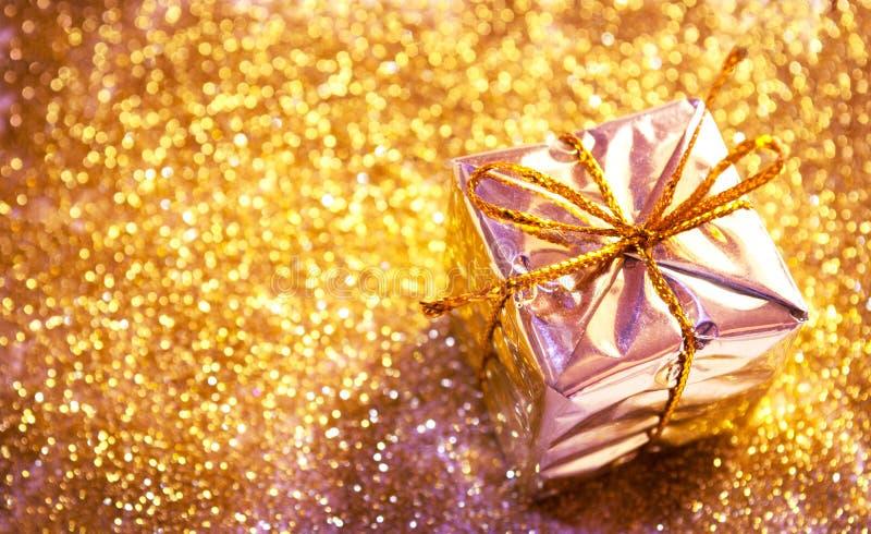 Cadeau de Noël sur le fond abstrait images stock
