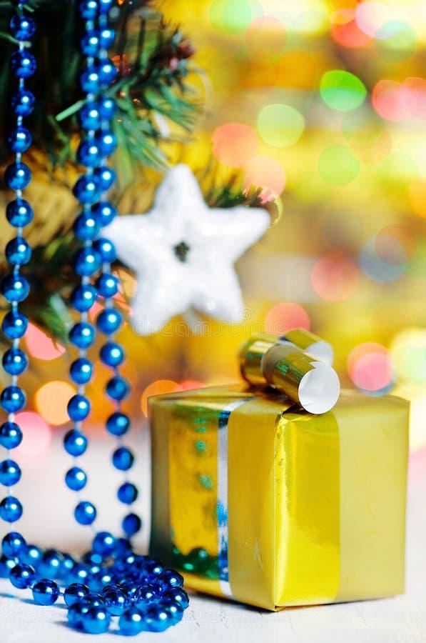 Cadeau de Noël sur le fond brillant images stock