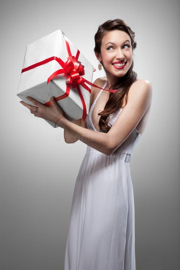 Cadeau de sourire étonné de fixation de femme photos stock