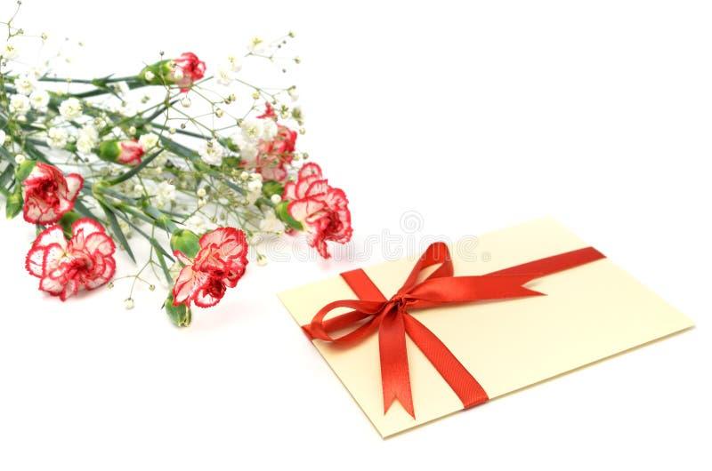 Cadeau des oeillets blancs et rouges. photographie stock libre de droits