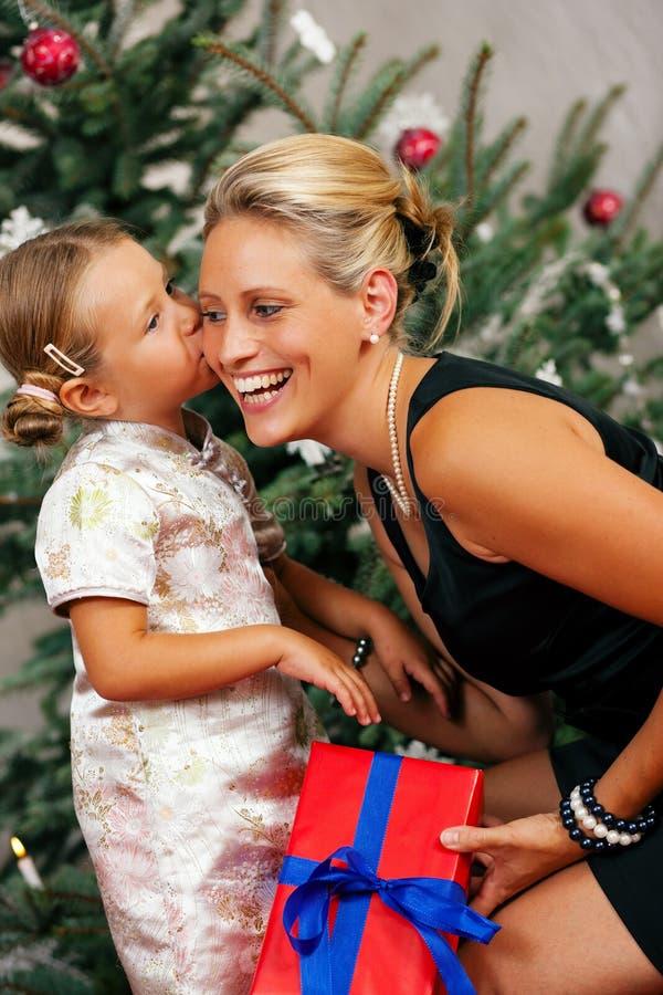 Cadeau donnant dans le famille photographie stock libre de droits
