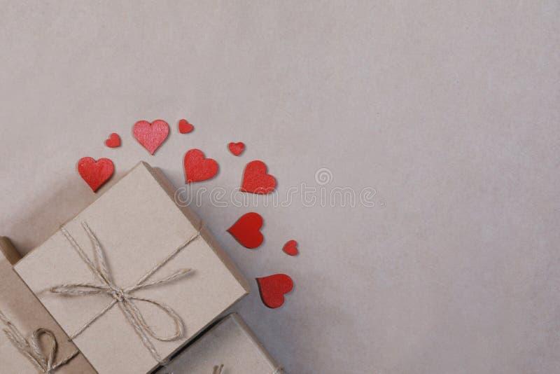 Cadeau en rode harten stock foto's