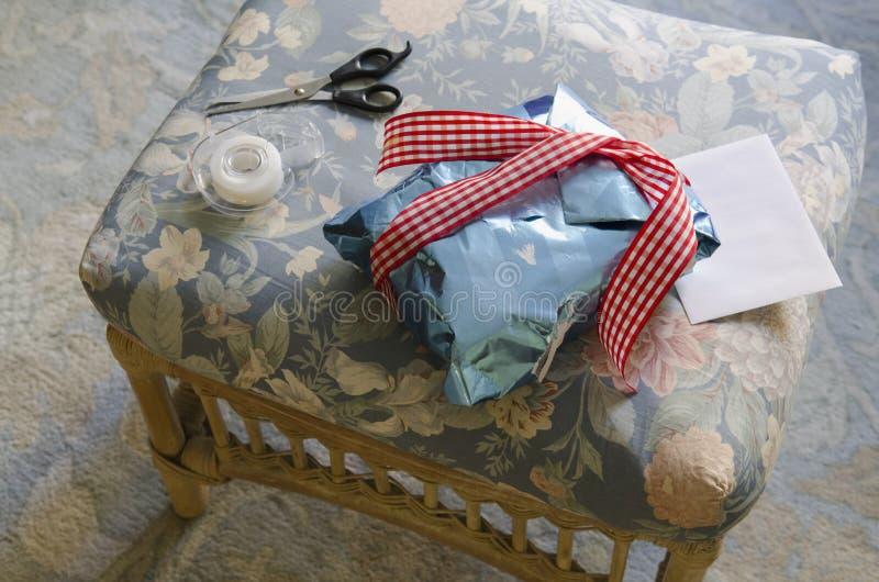 Cadeau enveloppé par l'enfant images stock