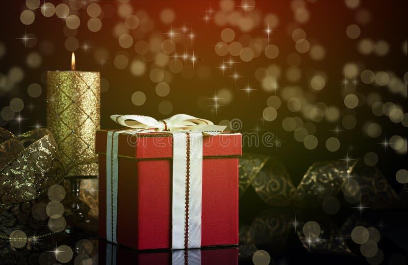 Cadeau et bougie de Noël photographie stock libre de droits
