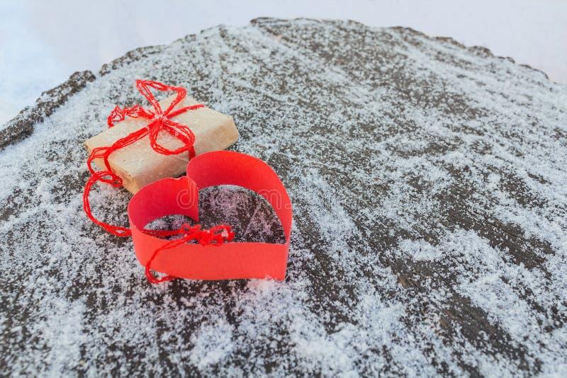 Cadeau et coeur de papier rouge photos stock