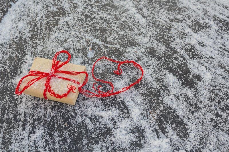 Cadeau et coeurs rouges photos libres de droits