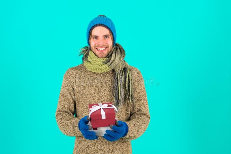 Cadeau et houx Célébration de vacances d'hiver Homme avec la boîte actuelle Achats Le matin avant Noël An neuf heureux photographie stock libre de droits