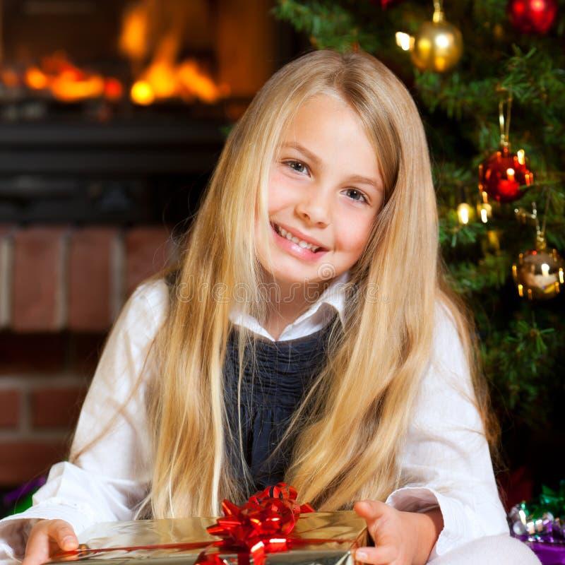 Cadeau et sourire de fixation de petite fille de Noël images libres de droits