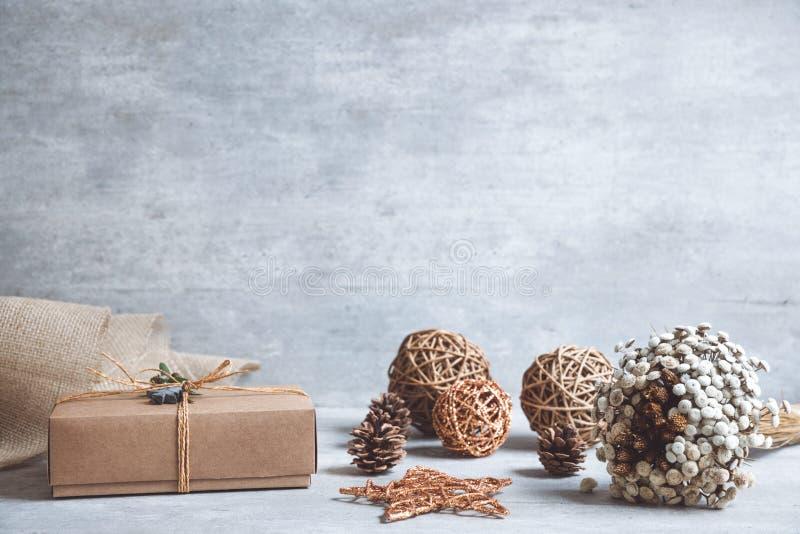 Cadeau fait main de Noël ou boîte actuelle enveloppée en papier d'emballage dessus photographie stock