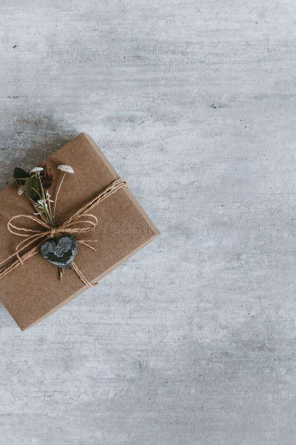 Cadeau fait main de Noël ou boîte actuelle enveloppée en papier d'emballage T photographie stock libre de droits