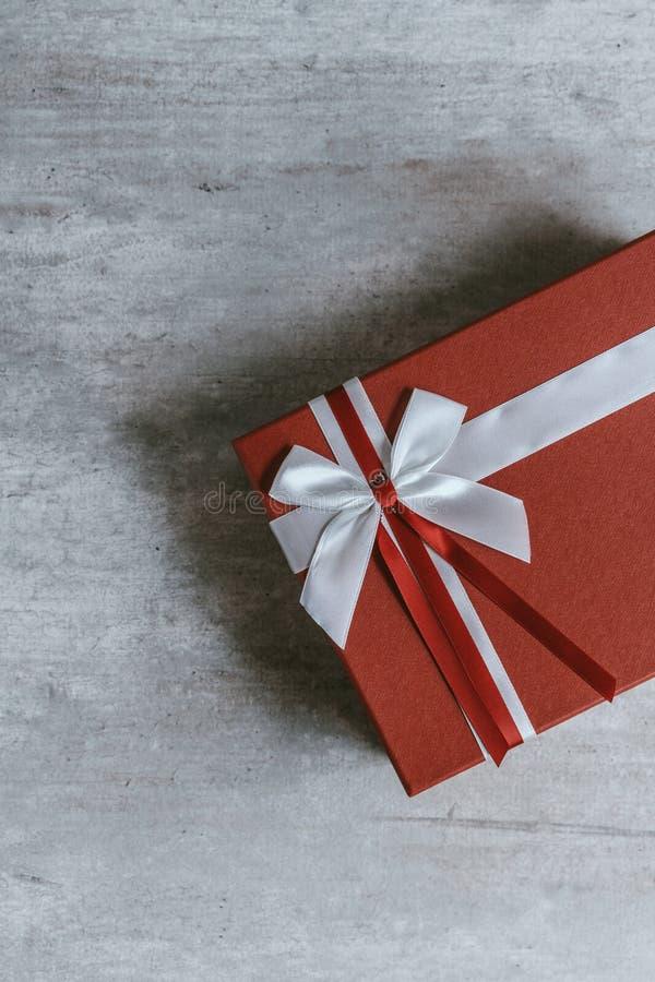 Cadeau fait main de Noël ou boîte actuelle rouge enveloppée dans le pape de papier d'emballage photographie stock libre de droits
