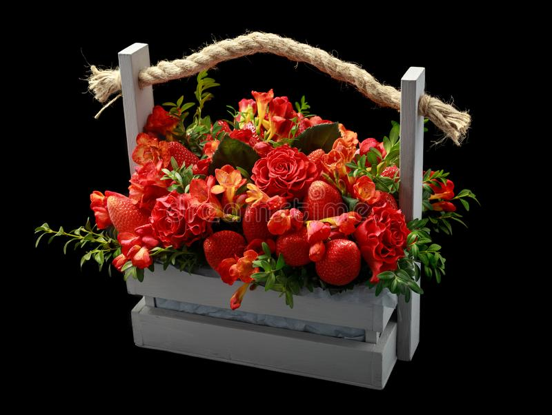 Cadeau fait main unique composé des fraises mûres et des roses rouges emballées dans une boîte en bois Bonne vue sur le fond  photographie stock libre de droits