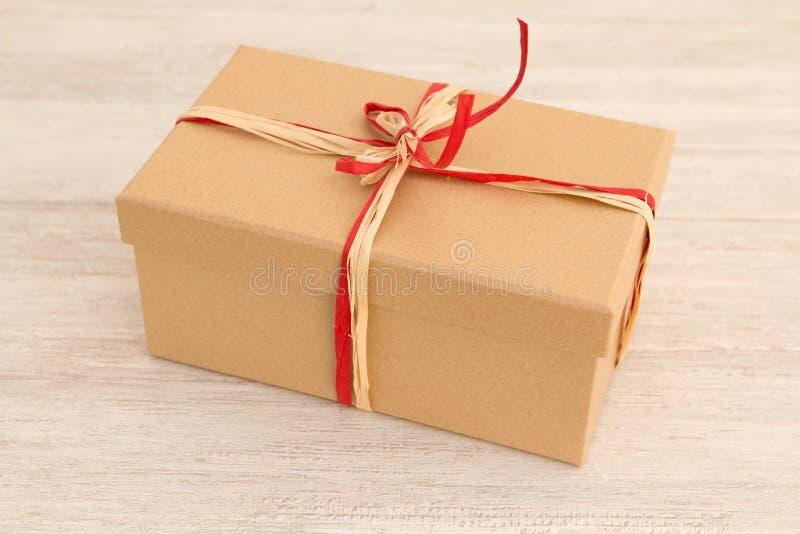 Download Cadeau Gentil Enveloppé Avec Le Papier Brun Image stock - Image du événement, conception: 77163179