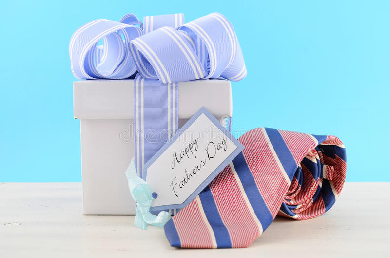 Cadeau heureux de jour de pères avec le ruban bleu et blanc photographie stock libre de droits
