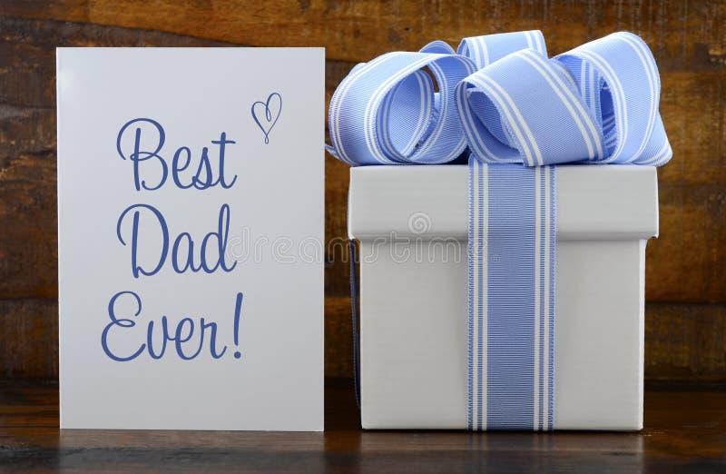 Cadeau heureux de pères avec le cadeau bleu et blanc sur le fond en bois photo stock