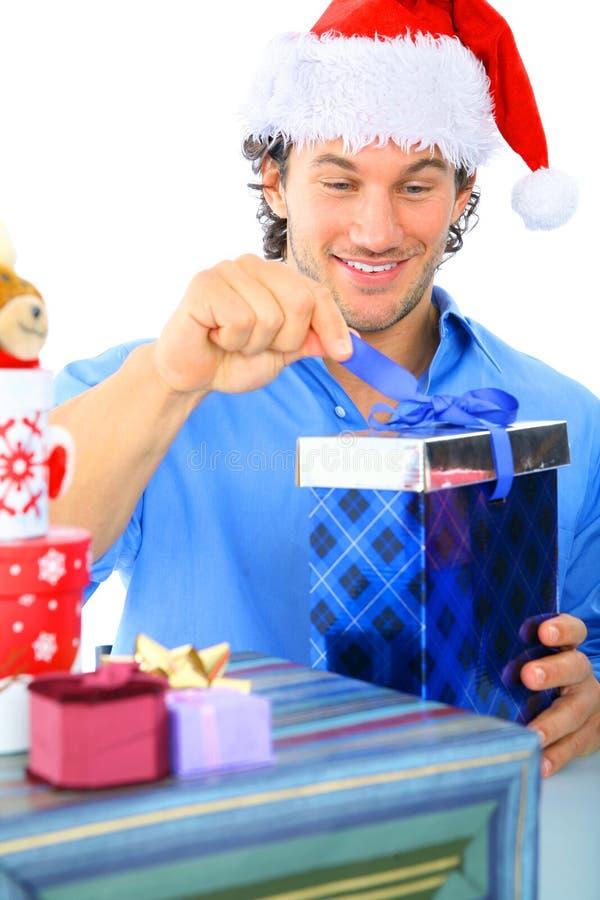Cadeau mâle caucasien adulte heureux d'ouverture photos libres de droits