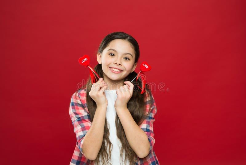 Cadeau ou présent de coeur Salutation du coeur sincère Amour de symbole de coeur de prise d'enfant de fille Célébrez le jour de v photo stock