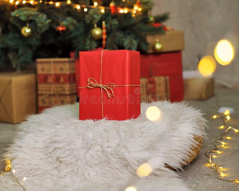 Cadeau rouge sous l'arbre de Noël images stock