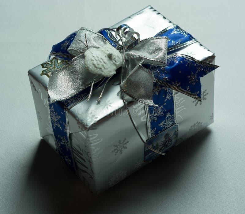 Cadeau spécial enveloppé très bien photos stock