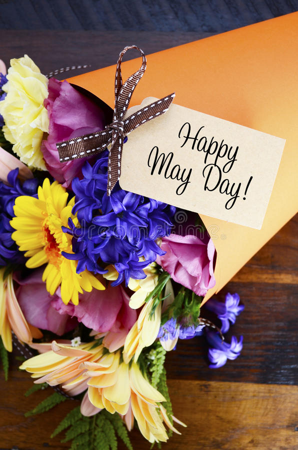 Cadeau traditionnel de mayday heureux des fleurs de ressort image libre de droits