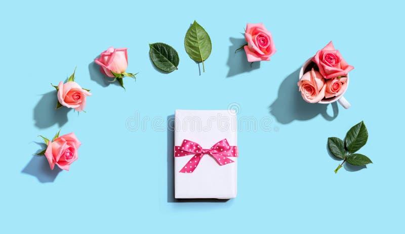 Cadeaudoos met roze roze rozen bovenaanzicht stock afbeeldingen