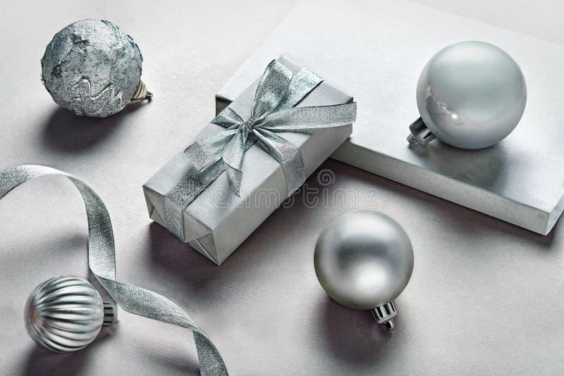 Download Cadeaux argentés image stock. Image du gris, objet, hiver - 77158593