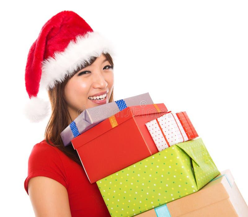 Cadeaux asiatiques de fixation de femme de Noël photo stock