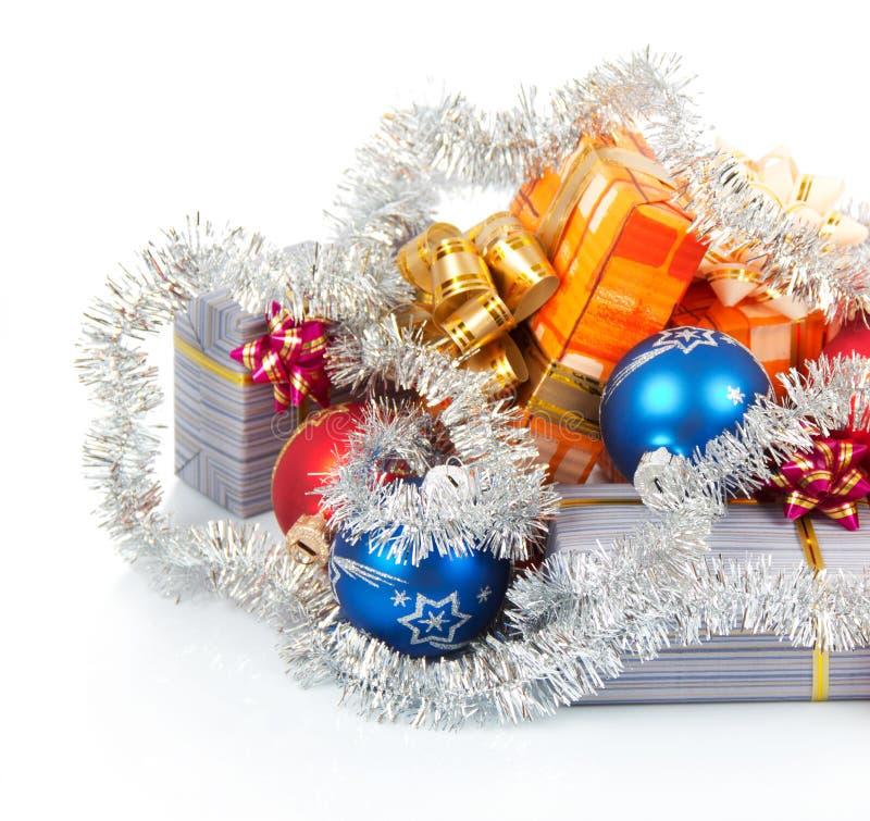 Cadeaux, boules et tresse de Noël images libres de droits
