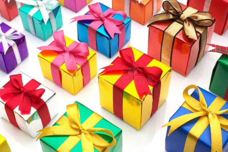 Cadeaux colorés alignés. images stock