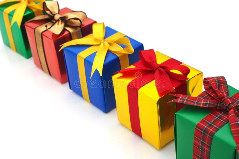 Cadeaux colorés présentés dans une ligne. photographie stock libre de droits