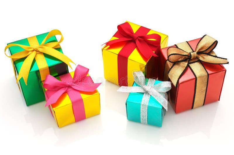 Cadeaux colorés sur le fond blanc. image stock