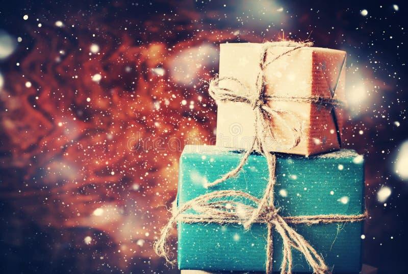 Cadeaux de fête sur le fond en bois Neige dessinée images stock